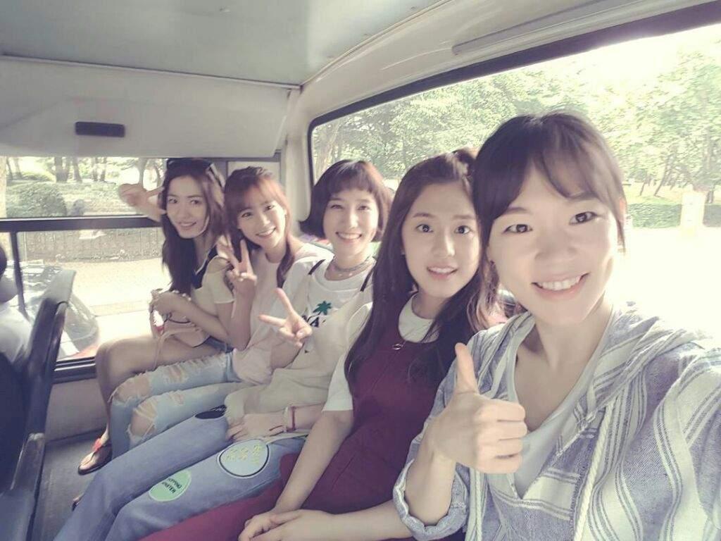 cinco estudiantes en Age of Youth